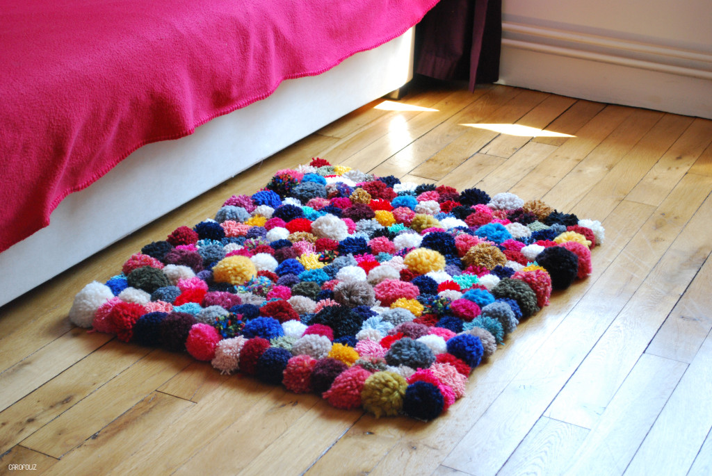 diy faire son tapis de pompons. Black Bedroom Furniture Sets. Home Design Ideas