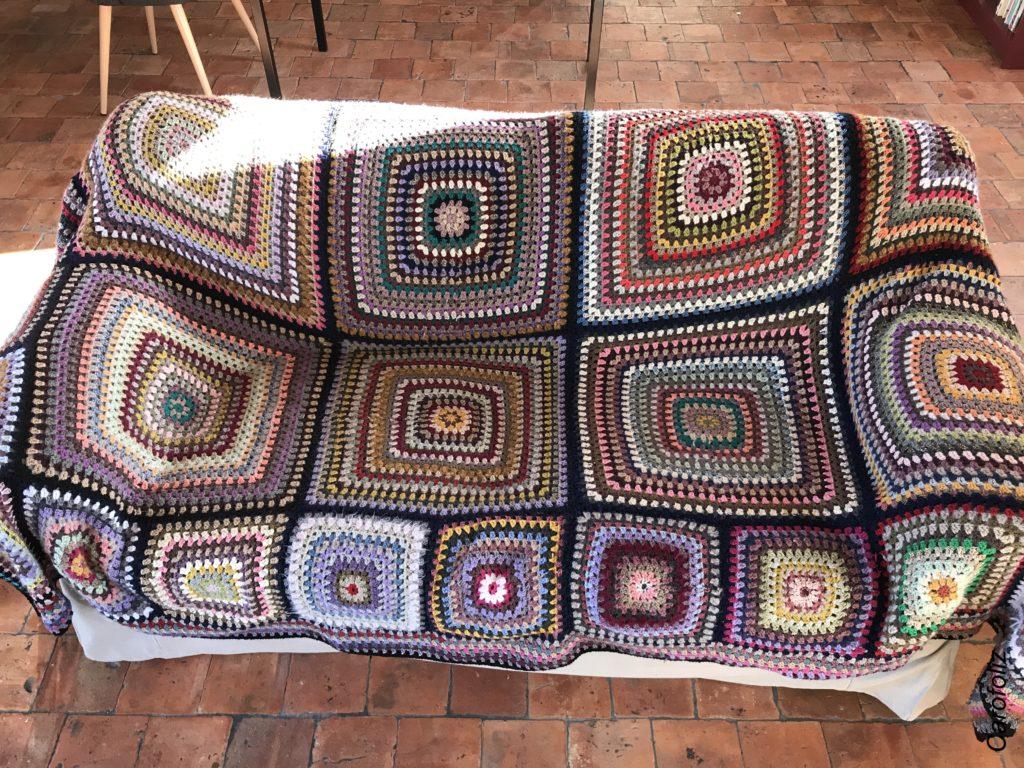 couverture en granny pour le canapé